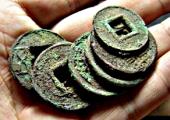 Древние монеты откопал на своем участке китайский крестьянин