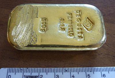 Юная немка нашла на дне озера дорогостоящий золотой слиток